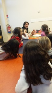 James explique le jeu aux enfants et incite à la création d'équipes
